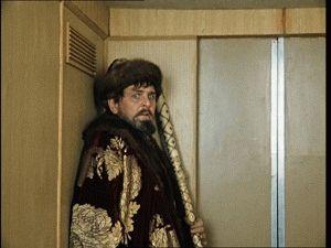 Как встретить семью и застрять в лифте